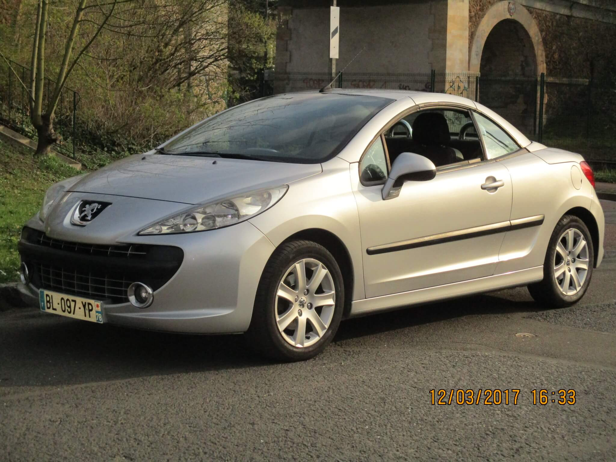 voiture occasion peugeot 207 cc labellis e vendre. Black Bedroom Furniture Sets. Home Design Ideas